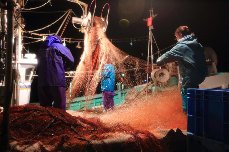 夜間作業の漁師一家 野島幹(島根県)